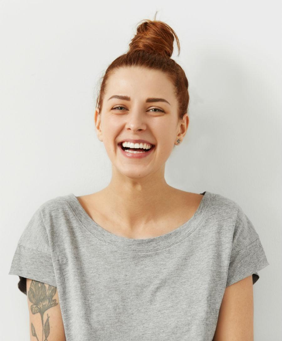 """Articolo blog """"Come cambia nel tempo la fertilità femmnile"""": nell'immagine una giovane ragazza sorridente"""