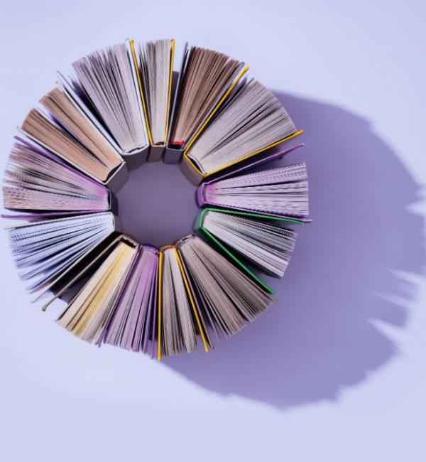 Ti suggeriamo i migliori libri per donne, scritti dalle donne: nell'immagine diversi libri ripresi dall'alto e disposti in circolo