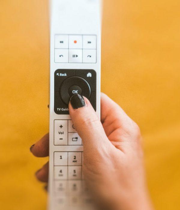 Serie tv femminili, i consigli di Magazine femminile: nell'immagine una mano di donna tiene un telecomando