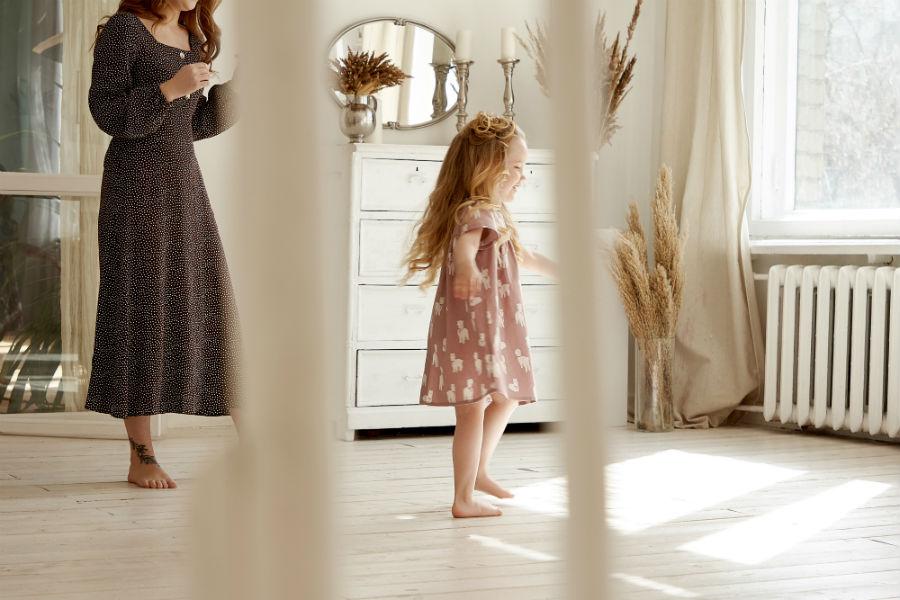 """Articolo """"Stereotipi sulle donne"""": nell'immagine una bambina danza in salotto"""