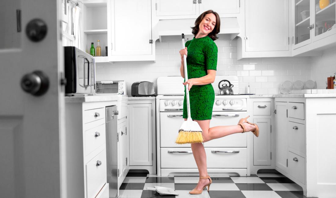 """Articolo """"Stereotipi sulle donne"""": nell'immagine una donna in cucina con la scopa in mano"""
