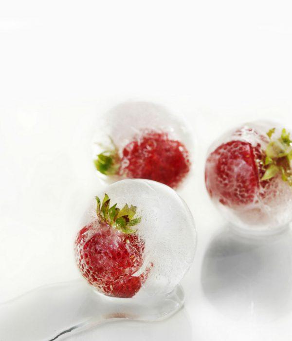 Crioconservazione degli ovociti per ragioni non mediche - social egg freezing: nell'immagine cubetti di ghiccio con una fragola all'interno