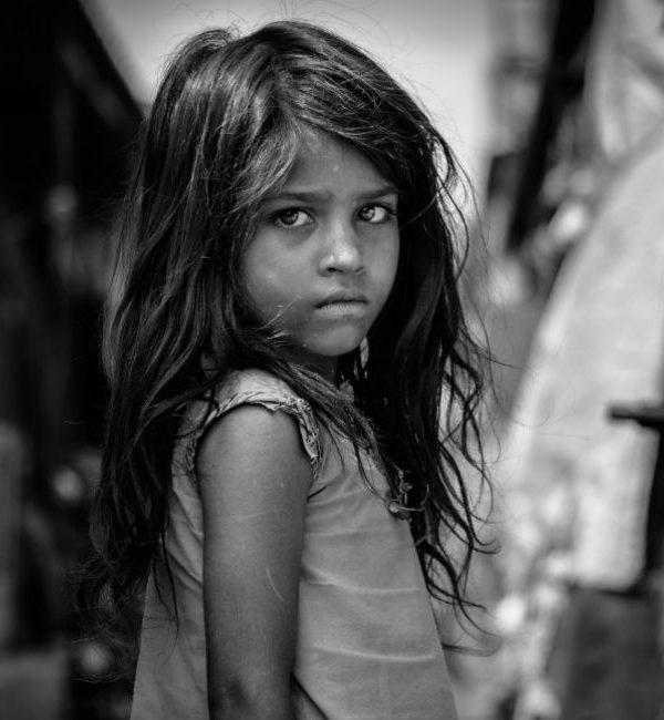 Le spose bambine: nell'immagine una bambina guarda in camera con sguardo triste