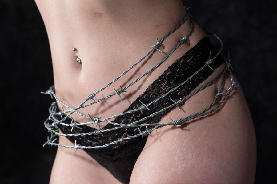 Il dolore causato dall'endometriosi, raffigurato come una corona di spine sulla pancia di una donna