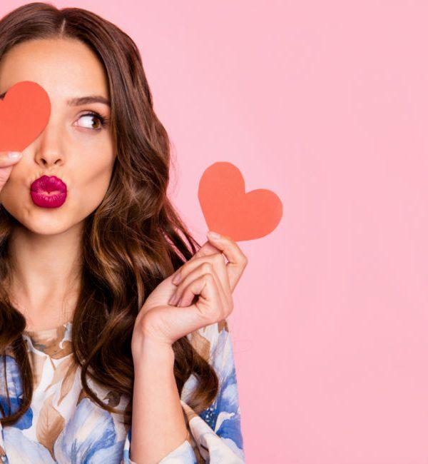 S. Valentino 2020: ragazza con cuori di carta in mano