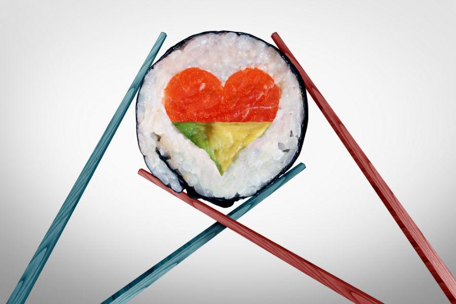S. Valentino 2020: coppia di bacchette giapponesi trattengono pezzo di sushi a forma di cuore