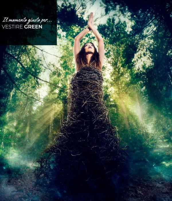 Donna vestita di rami in mezzo al bosco, scritta