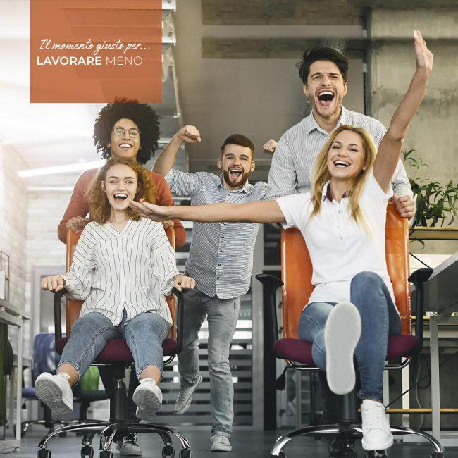 Colleghi di lavoro felici in ufficio