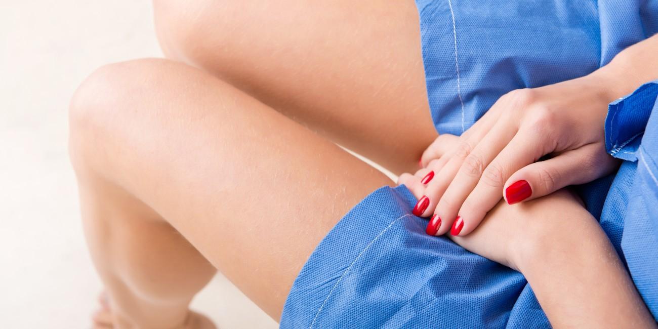 Mani di donna poggiate sul ventre