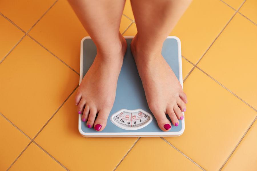 donna si pesa: un eccessivo aumento o perdita di peso possono provocare ritardi mestruali
