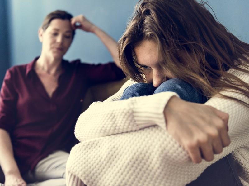 Madre e figlia in conflitto e atteggiamento di chiusura