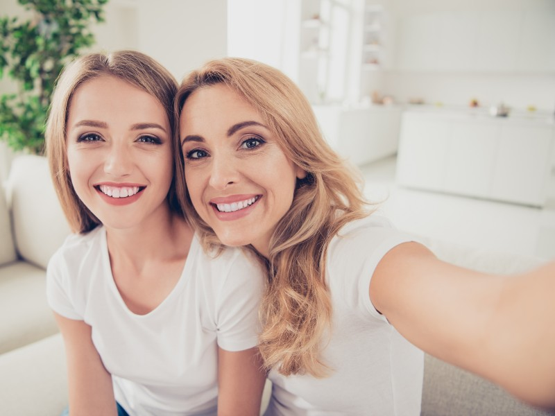 Mamma e figlia si fanno un selfie