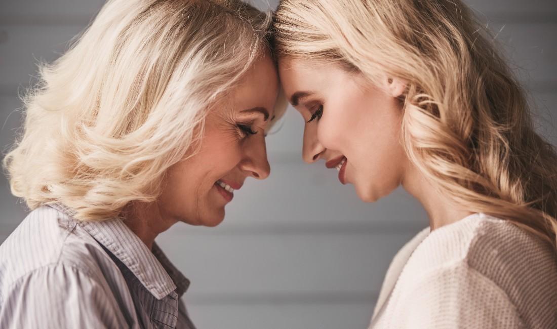 Madre e figlia in un tenero scatto che le vede una di fronte all'altra con la fronte vicina