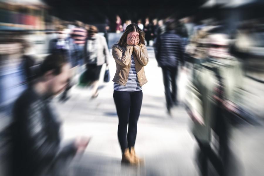 Sindrome dell'abbandono: una giovane donna si sente sola tra la folla
