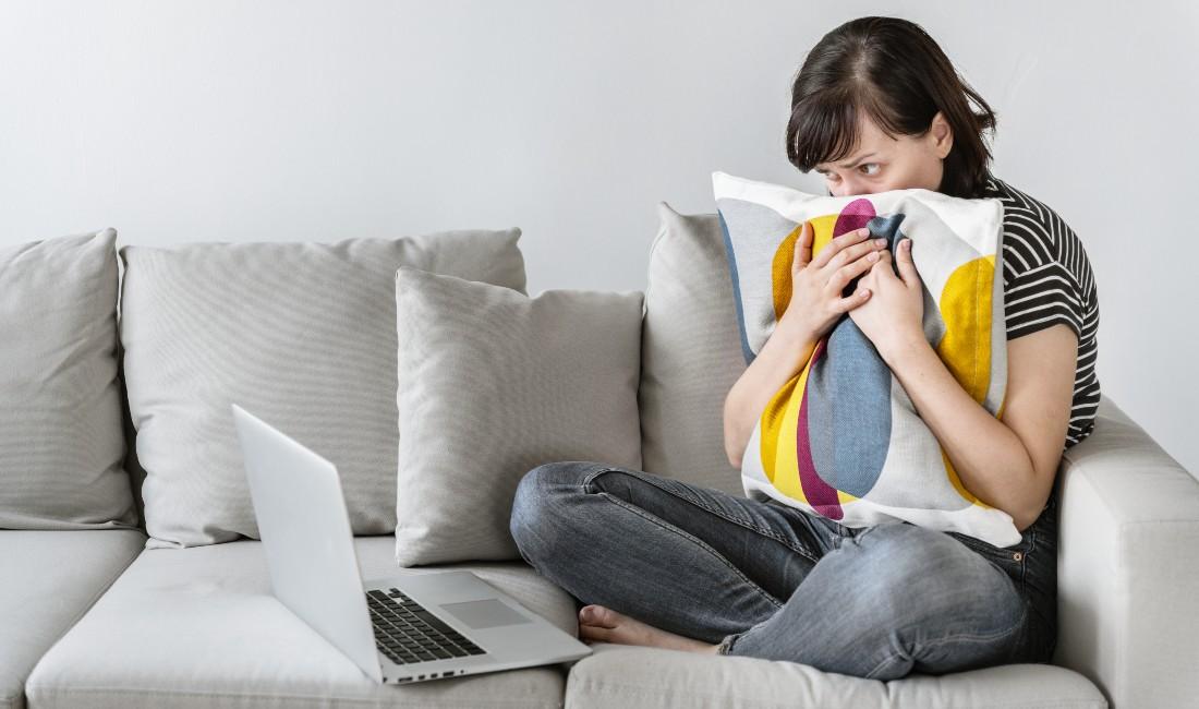 Sindrome dell'abbandono: una giovane donna guarda sconvolta il proprio pc portatile