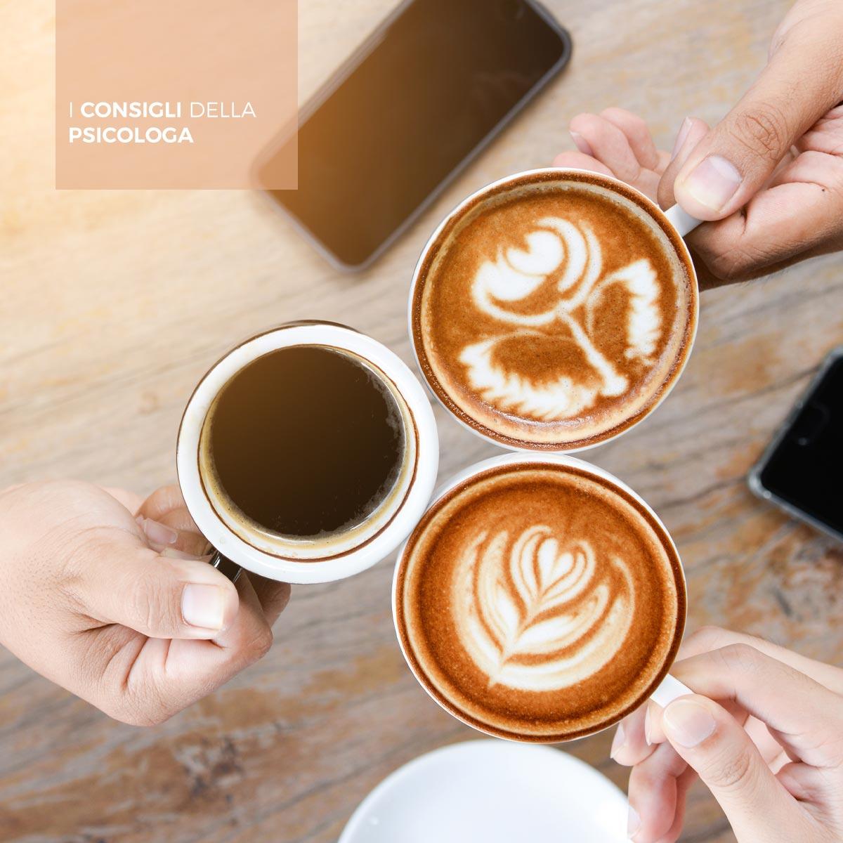"""3 ragazze """"brindano"""" con cappuccino e caffè"""