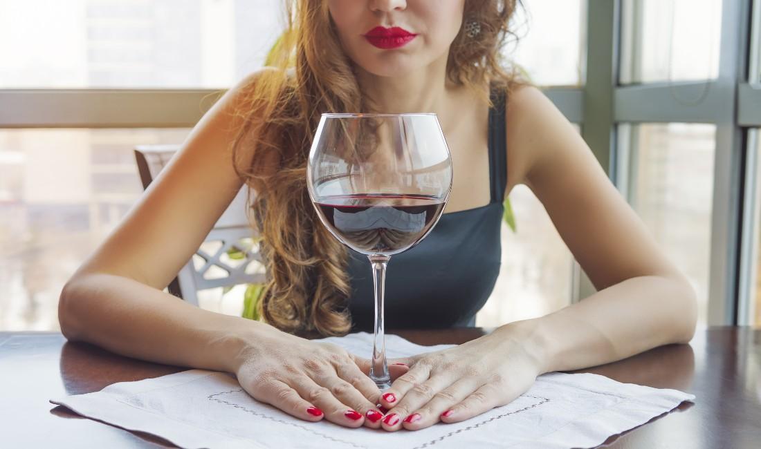 Donna con bicchiere di vino rosso