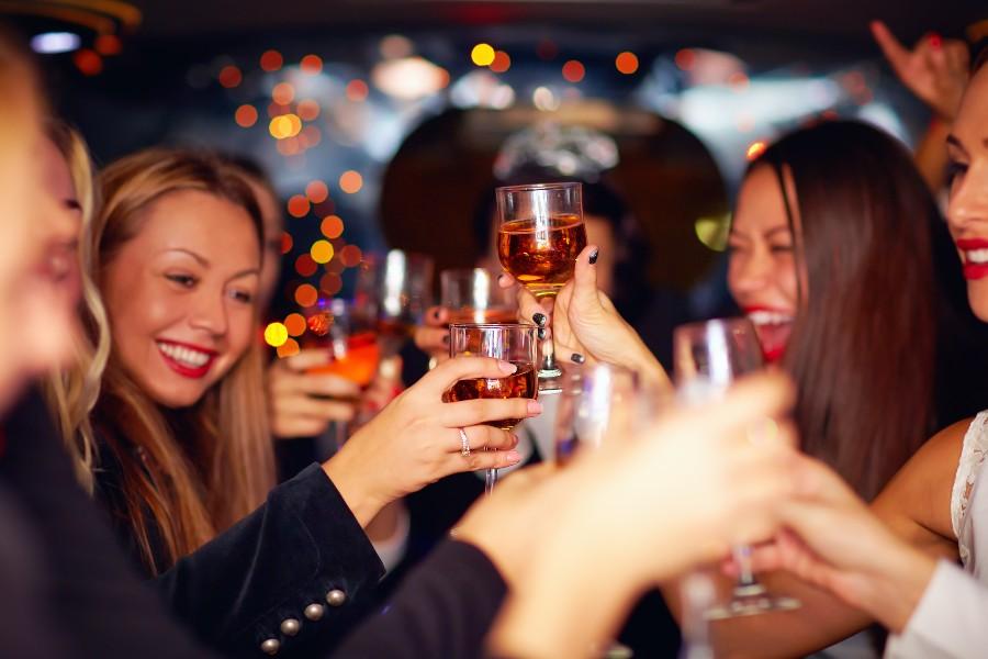 Donne brindano con alcolici durante una festa