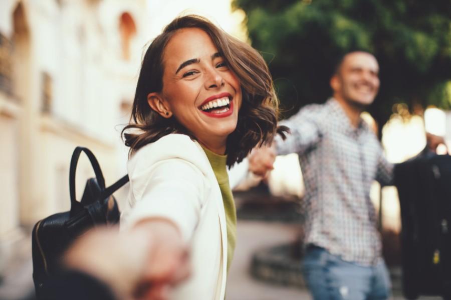 Ragazza esce sorridente dopo-coronavirus