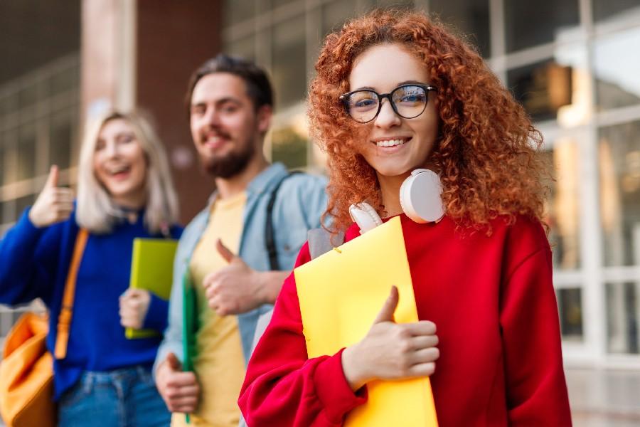 Come scegliere l'università: ragazza sorridente in facoltà