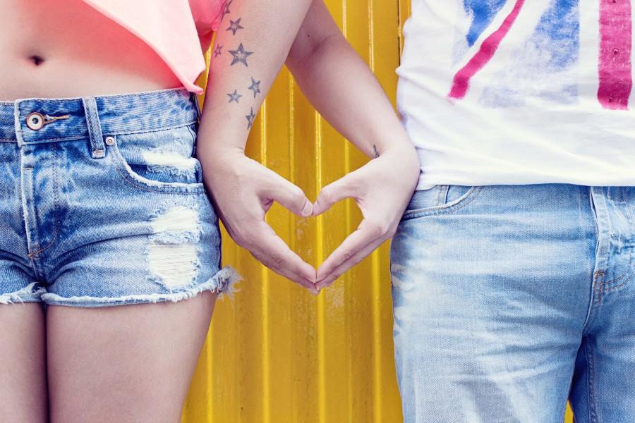 Filofobia: una giovane coppia incrocia le dita formando un cuore