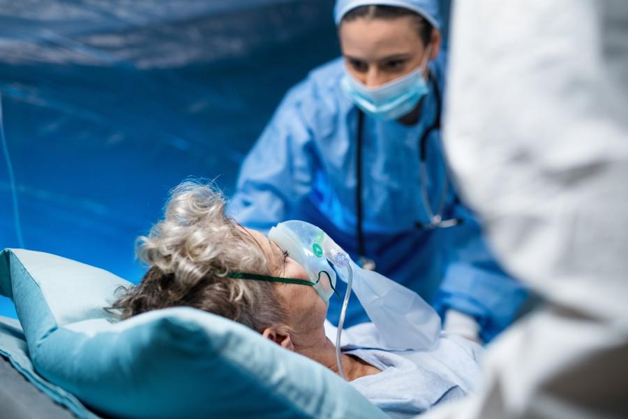 Una donna medico assiste una paziente covid-19