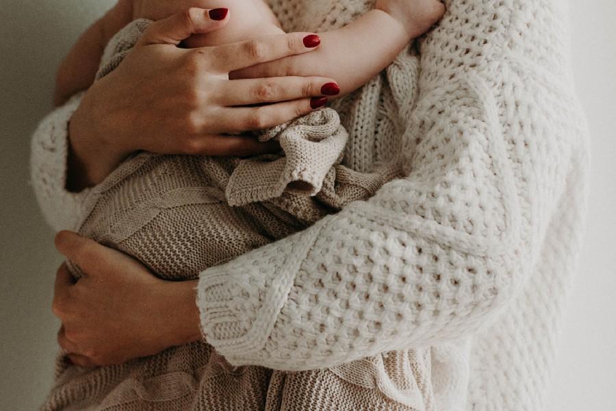 Giovane donna con bambino in braccio