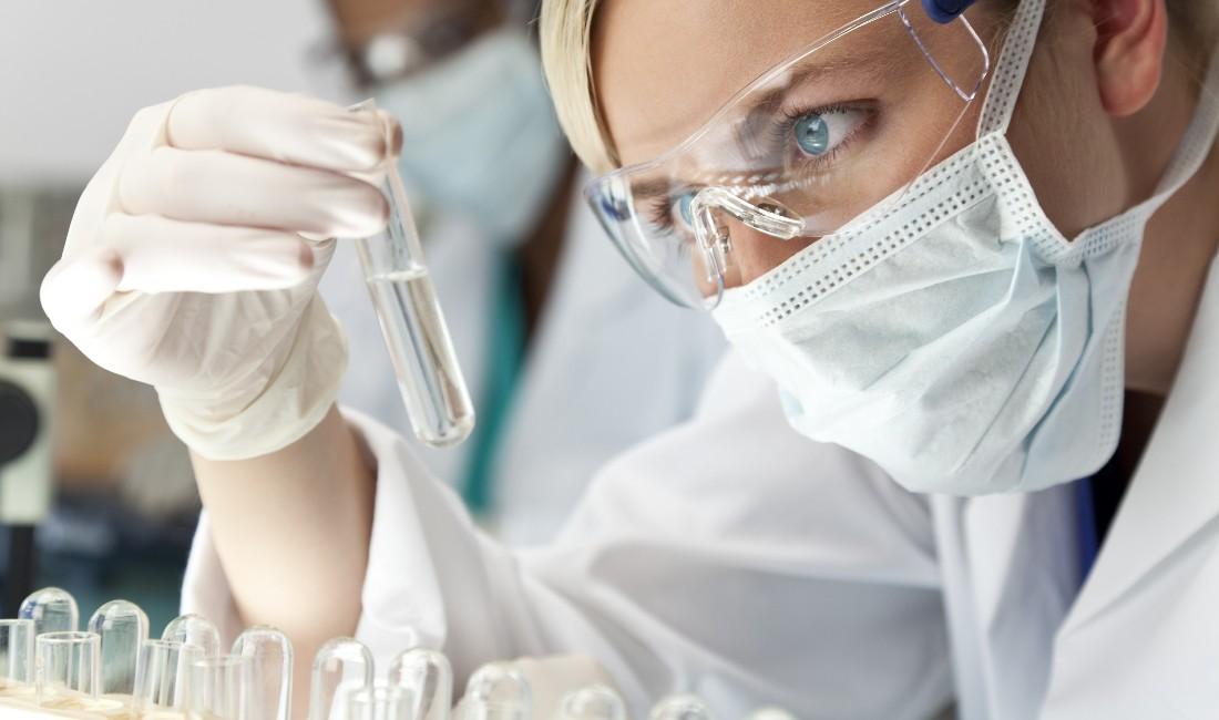 Una scienziata controlla una provetta
