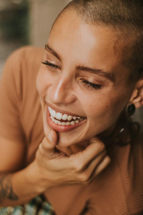 Single e felice: nell'immagine una ragazza sorridente