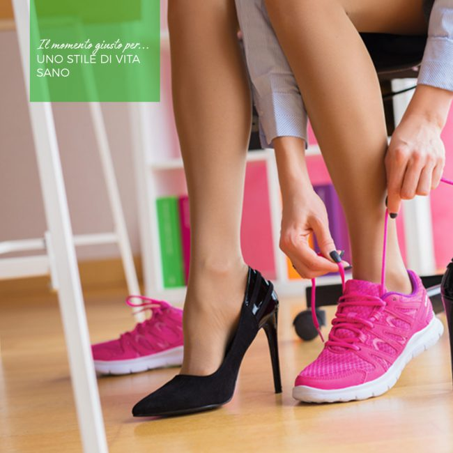 Una donna indossa una scarpa con il tacco e una da ginnastica