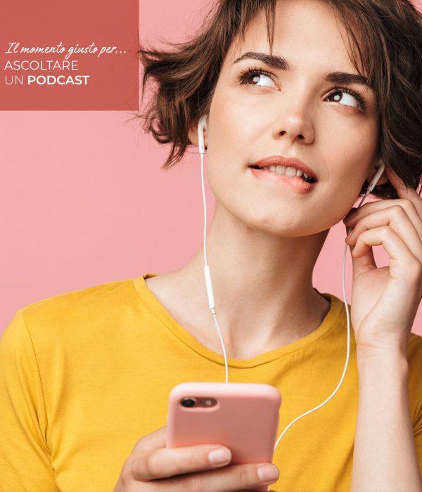 una ragazza ascolta con le cuffiette un podcast