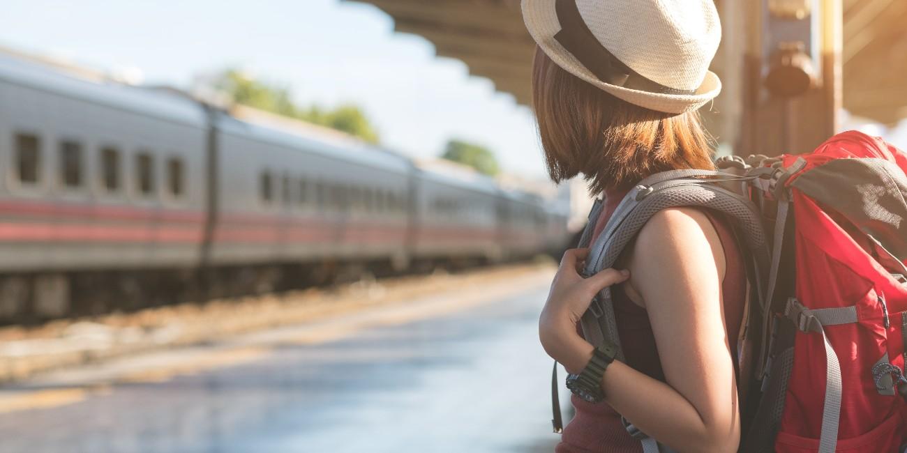 Ragazza in partenza alla stazione
