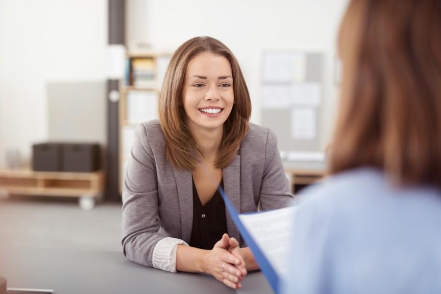 Giovane ragazza sorridente durante un colloquio di lavoro