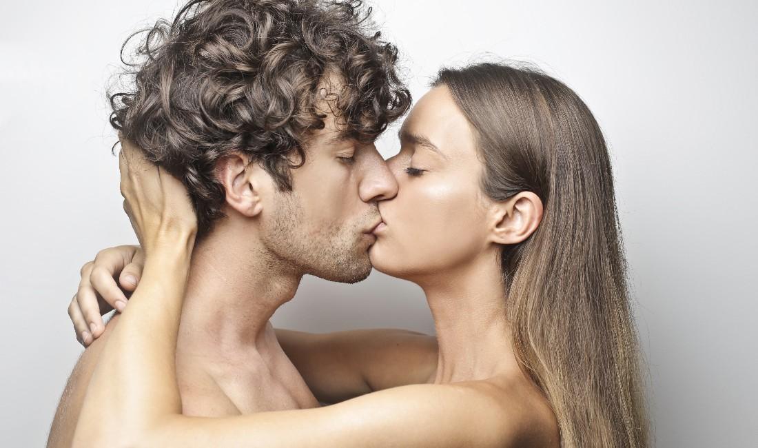 coppia si bacia appassionatamente