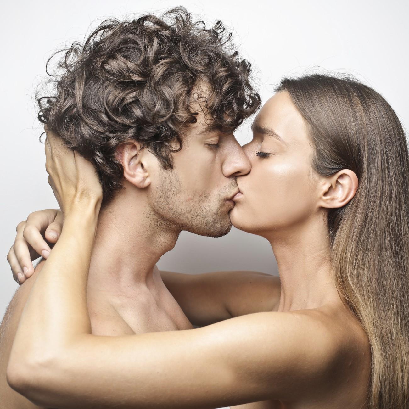 coppia si bacia appassionatament
