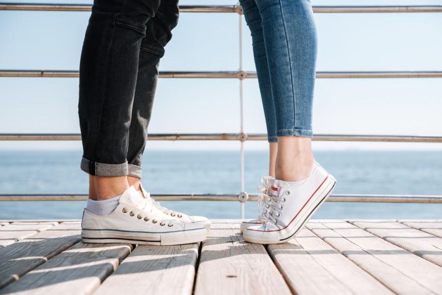 gambe di due giovani che si stanno baciando