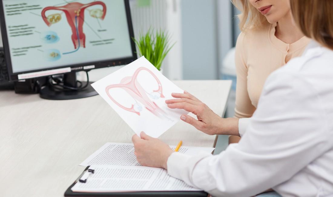 giovane donna dalla ginecologa