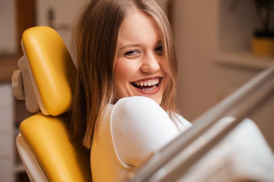 giovane e sorridente donna durante una visita ginecologica