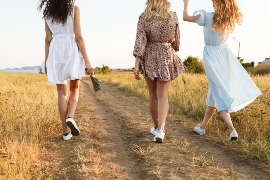 tre donne camminano in campagna