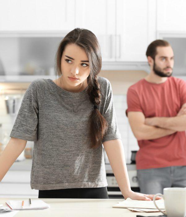 Coppia discute in cucina