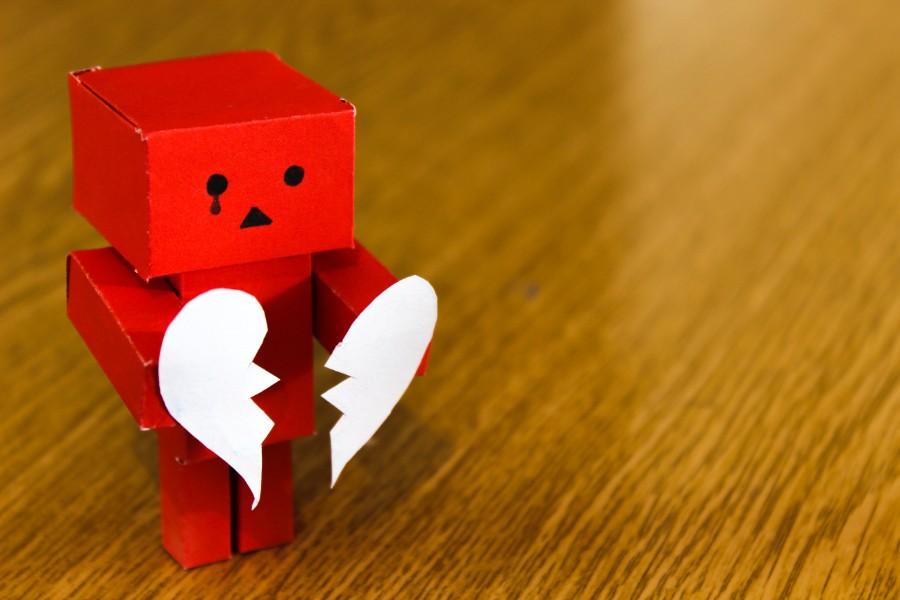 Robot con cuore spezzato -foto di burak kostak da Pexels