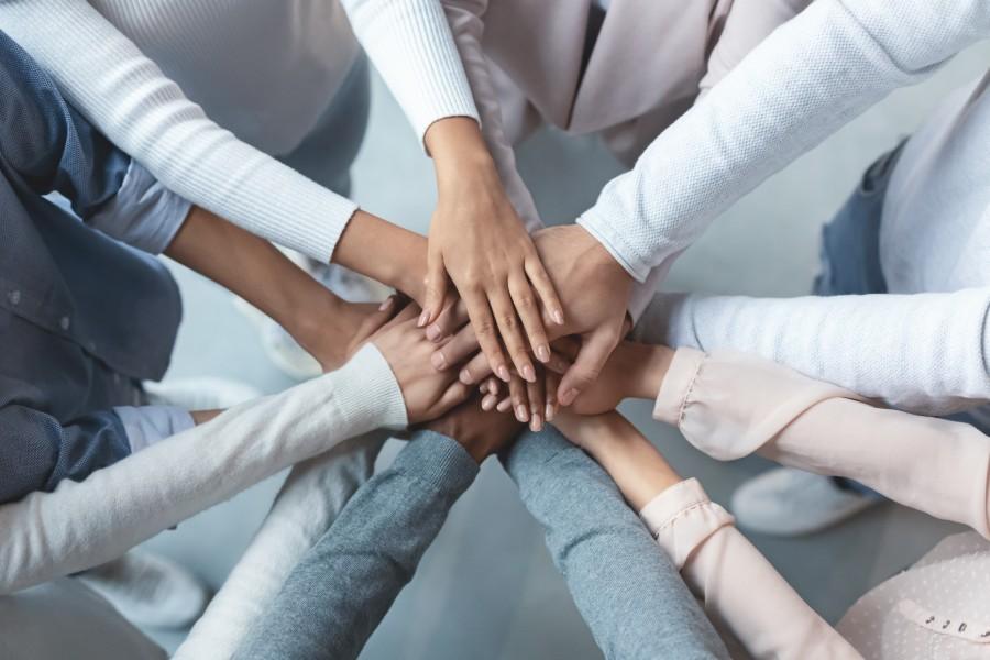 Donne si supportano tenendo le mani le une sulle altre