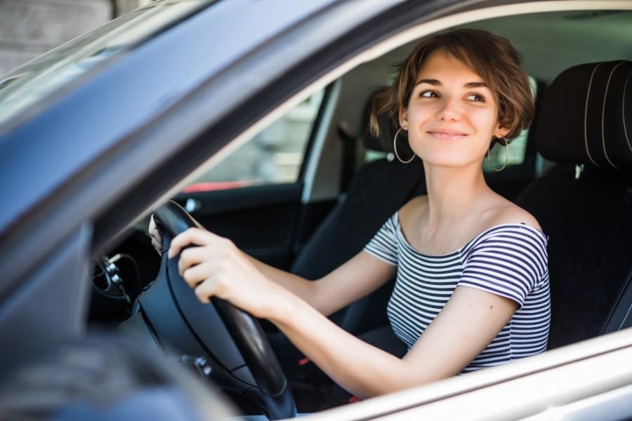 Ragazza in auto sorridente