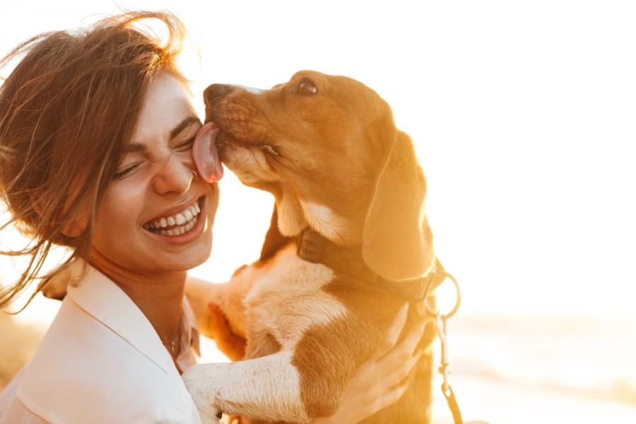Ragazza coccola il proprio cane