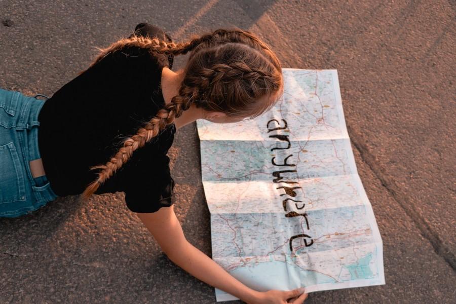 ragazza con mappa del mondo con scritta anywhere