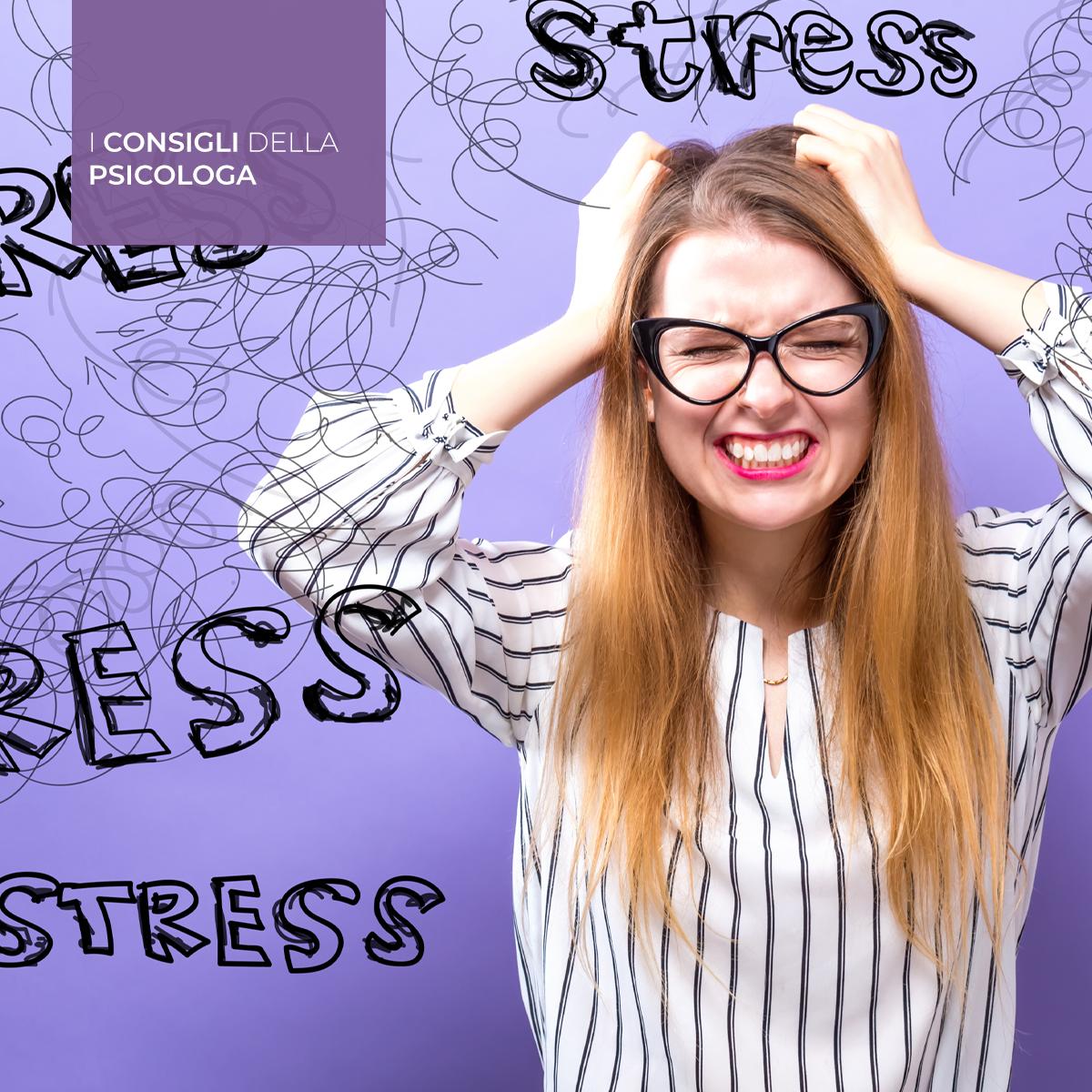 Ragazza si tiene la testa in preda a un attacco di stress