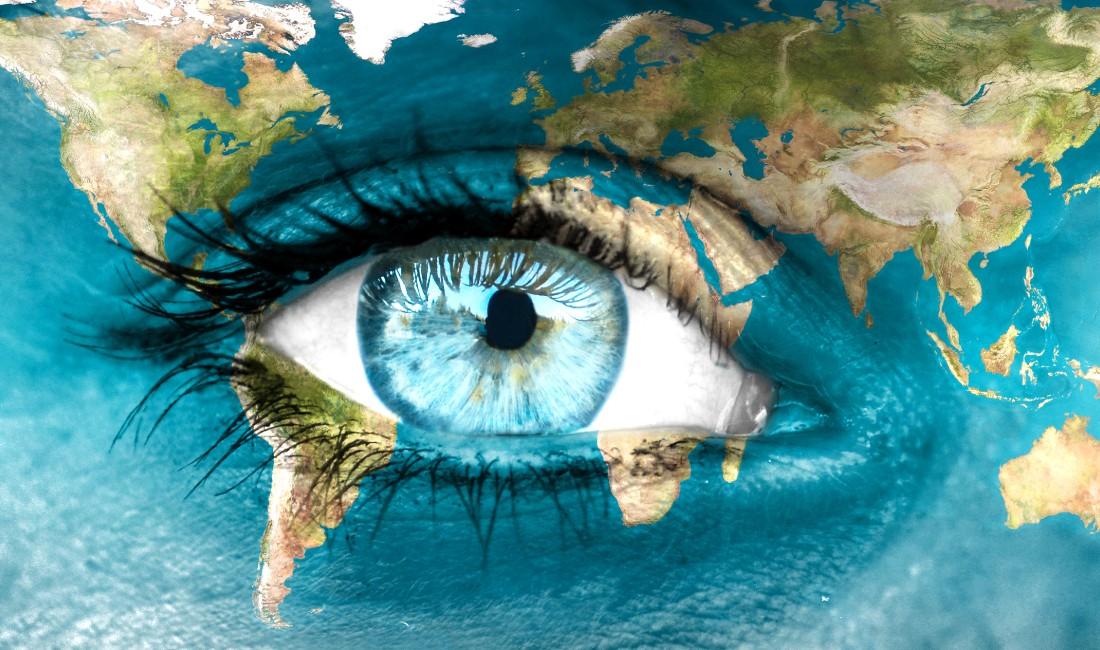 close up occhio di donna dipinto come fosse un mappamondo