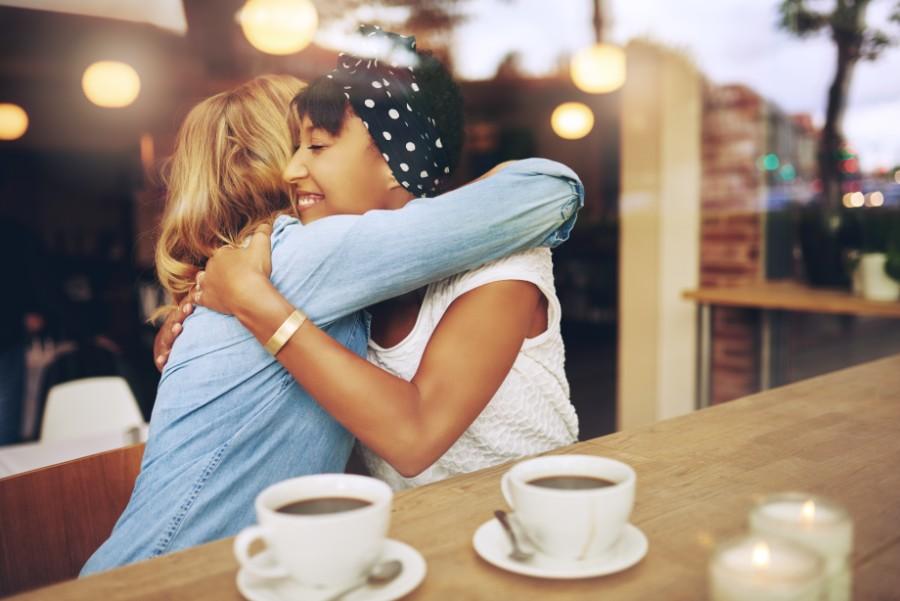 Un piccolo gesto di affetto: un abbraccio tra amiche