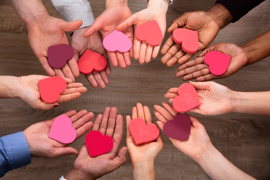 Un piccolo gesto di affetto: tante mani aperte in cerchio e ognuna tiene un cuore