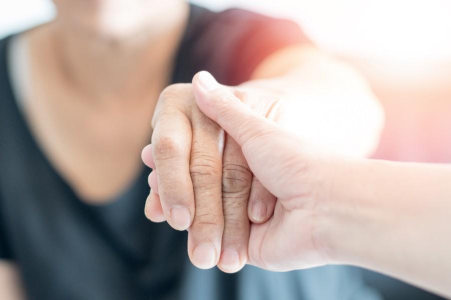 Un piccolo gesto di affetto, prendere per mano una persona
